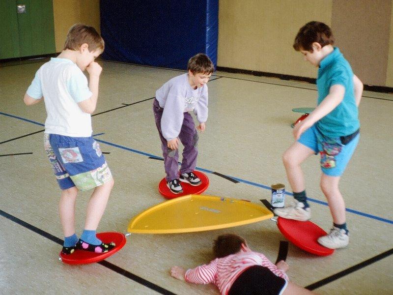 Vier Jungen beim Erkunden des Spielgeräts