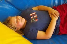 Junge liegt auf dem Rücken und entspannt sich