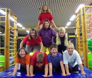 Teilnehmer-Kinder machen eine Pyramide