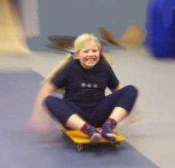 Mädchen fährt Rollbrett