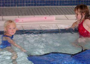 Kinder im Schwimm-Lehrbecken beim psychomotorischen Schwimmkurs