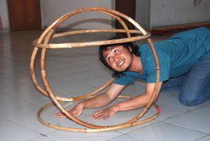 Psychomotorik in Bandung/Indonesien: Mann in Reifenturm
