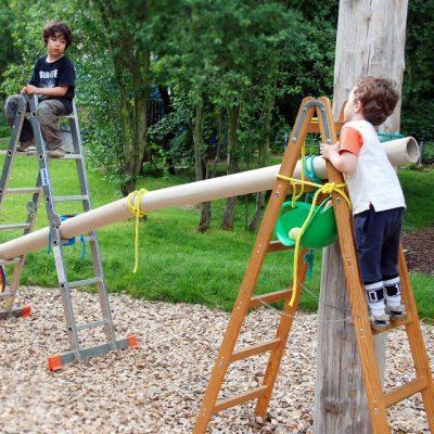 Jungs bauen eine Riesenkugelbahn