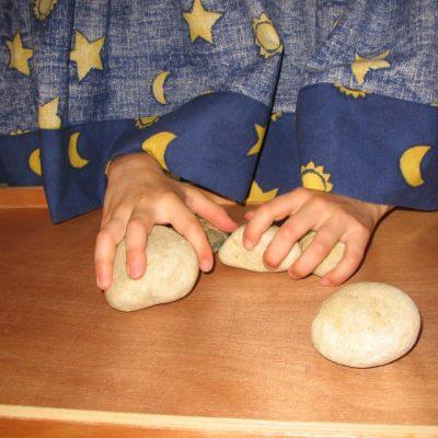Kinderhände erfühlen Steine