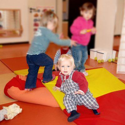 Kleinkinder auf Spielmatte