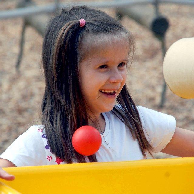 Mädchen lacht, mit Ball
