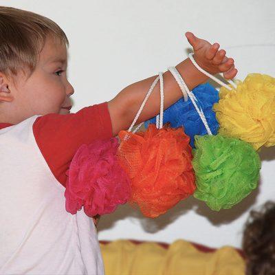 Kleinkind beim Spielen im Psychomotorikkurs