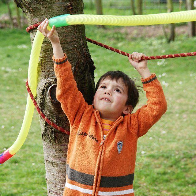 Junge baut mir Seil und Heulrohr