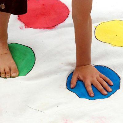 Hand und Fuß auf Spielmatte