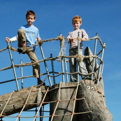 Jungen auf einem Klettergerüst