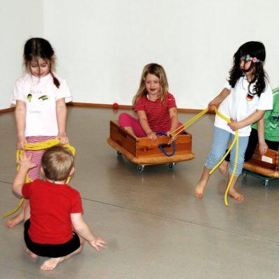 Kindergruppe spielt miteinander
