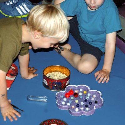Junge spielt mit Murmeln