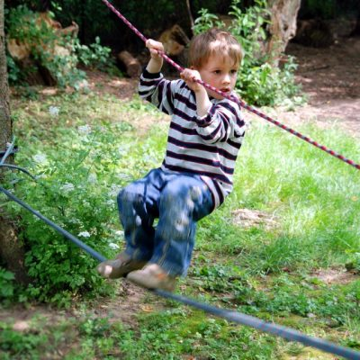Junge balanciert auf Seil