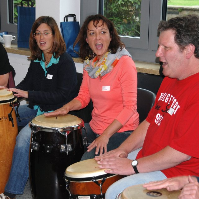 SeminarteilnehmerInnen beim Trommeln und Singen