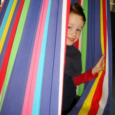 Kind in Schwungtuch stehend