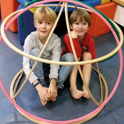 Kinder in Reifenkugel