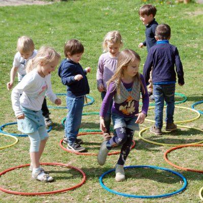 Kinder laufen von Reifen zu Reifen