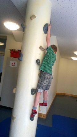 Junge an Klettersäule im FöBS