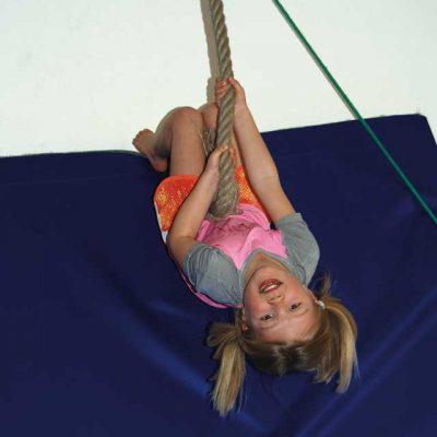 Mädchen turnt am Seil