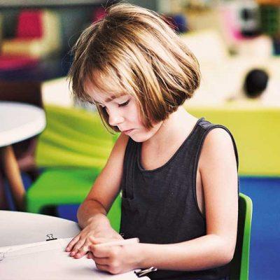 Mädchen schreibt mit links