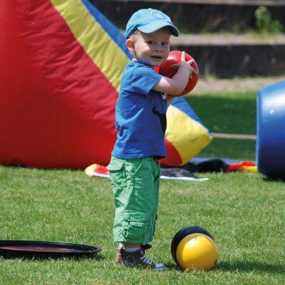Junge auf Wiese mit Ball