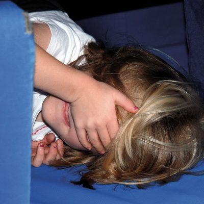Kind versteckt sein Gesicht