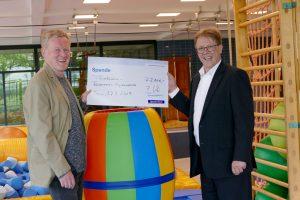 Peter Goeke, Regionalleiter der Sparda-Bank, überreicht Geschäftsführer Hans Jürgen Beins eine Spende über 2.000 Euro