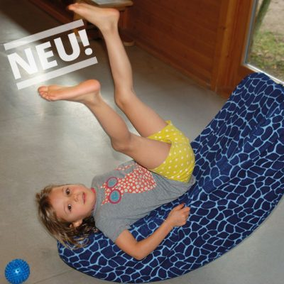 Mädchen schaukelt auf Schuamstoffmond